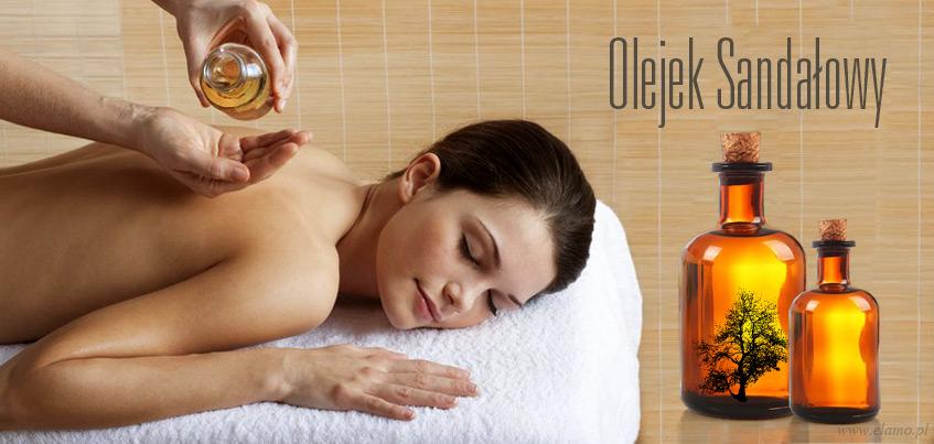zapach sandałowy ze względu na swoje właściwości często jest wykorzystywany do masażów. Po lewej stronie młoda kobieta nacierana olejkiem sandałowym, po prawej buteleczka z olejem z sandałowca.