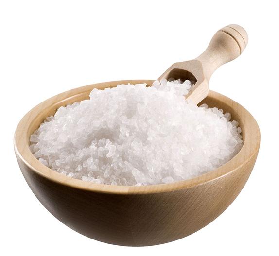 kryształki soli morskiej w drewnianym moździerzu