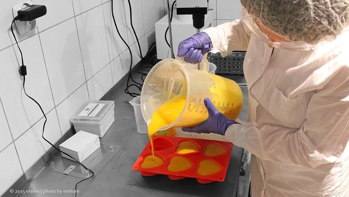 Wylewanie surowej masy mydlanej do form.