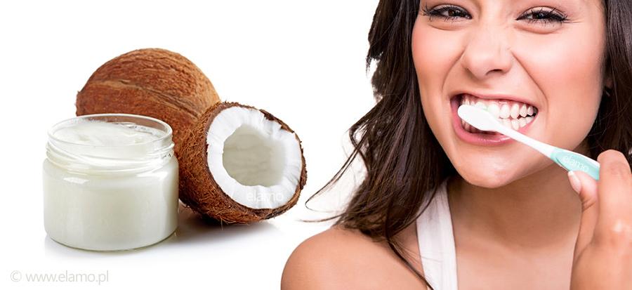 Domowa pasta do zębów z oleju kokosowego. Kobieta myjąca szczoteczką zęby pastą z oleju kokosowego