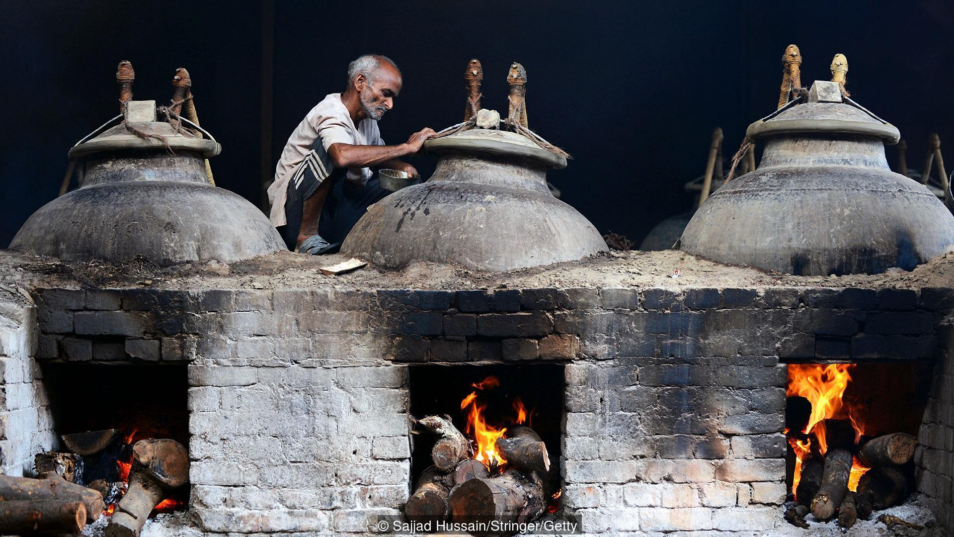 """Produkcja olejków zapachowych Attar znanych też z jako """"Itra"""" lub """"Ittar"""" (Credit: Sajjad Hussain / Stringer / Getty)"""