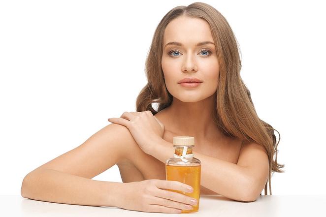 kobieta z naturalnym organicznym olejkiem do olejowania